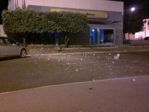 Banco ficou completamente destruído após assalto (Foto: Direto das Ruas)