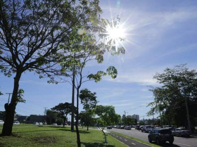 Sol brilha forte no céu de Campo Grande na tarde desta terça-feira (Foto: Kísie Ainoã)