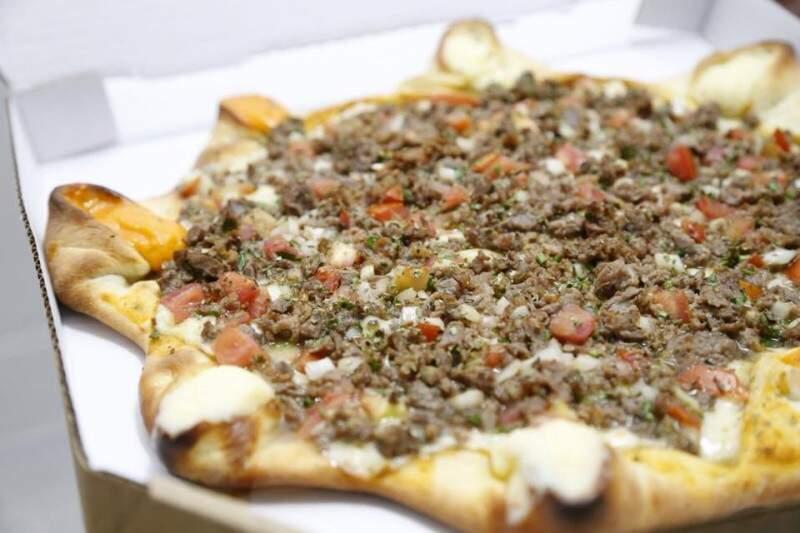 Linguiça tipo Maracaju recheia a pizza Parque dos Poderes. (Foto: Gerson Walber)