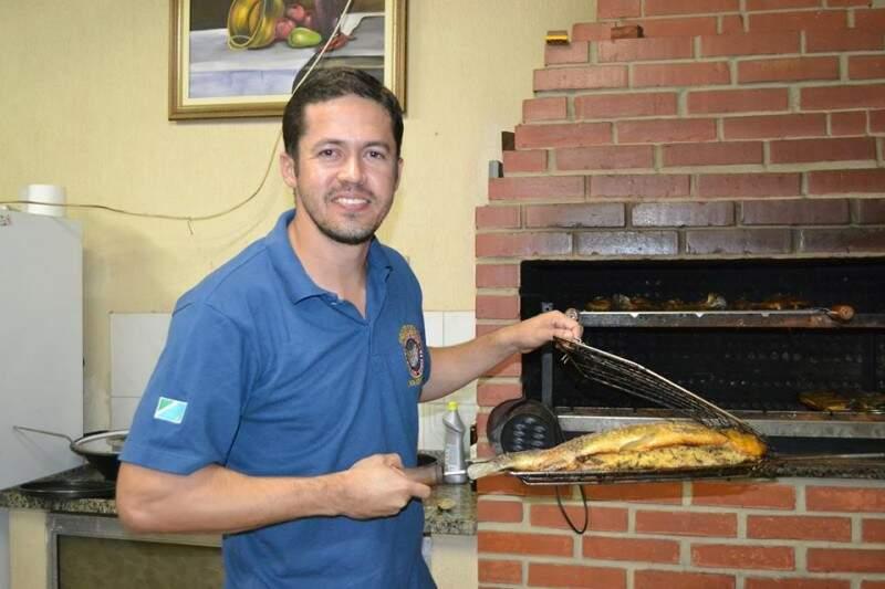 O amazonense Johni Andrade é um dos cozinheiros do grupo