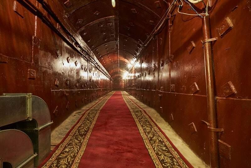 O acesso ao bunker é um túnel como se fosse do metrô, mas sem o trem, e com um tapete vermelho gigantesco