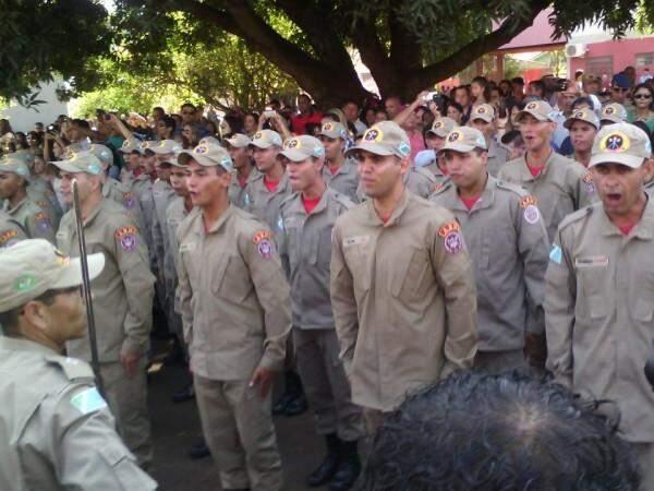 Formatura de bombeiros na manhã desta quarta, em Campo Grande (Foto: Leonardo Rocha)