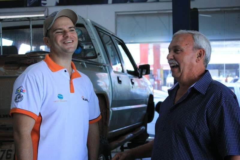 Antônio conversa com cliente na Speed Pneus.
