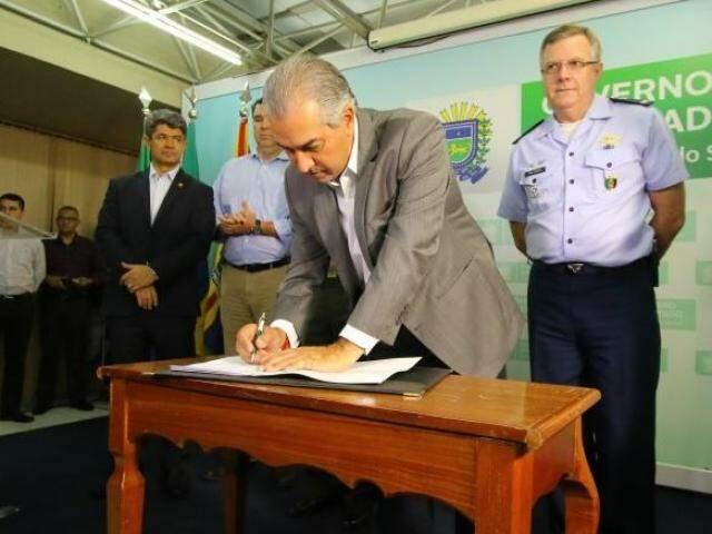 Governador Reinaldo Azambuja assina termo de cooperação. (Foto: André Bittar)