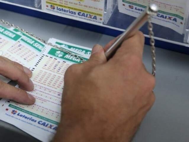 Apostador marcando as dezenas da sorte. (Foto: Paulo Francis)