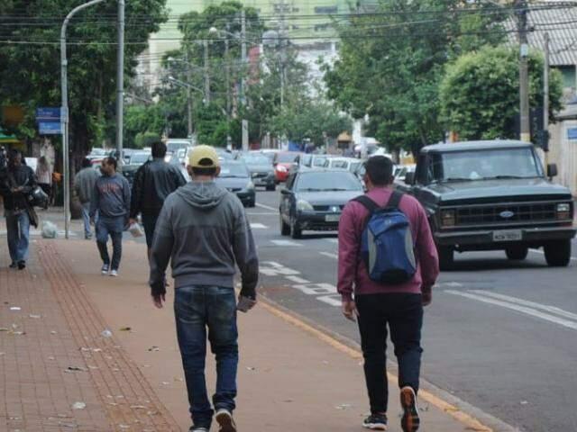 Moradores de Campo Grande, no comércio central nesta tarde (07). Amanhã estará frio de novo. (Foto: Paulo Francis)