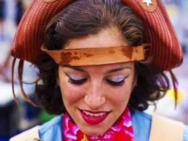 O lado bem colorido de Maria Bonita, marcado na maquiagem e nas roupas.