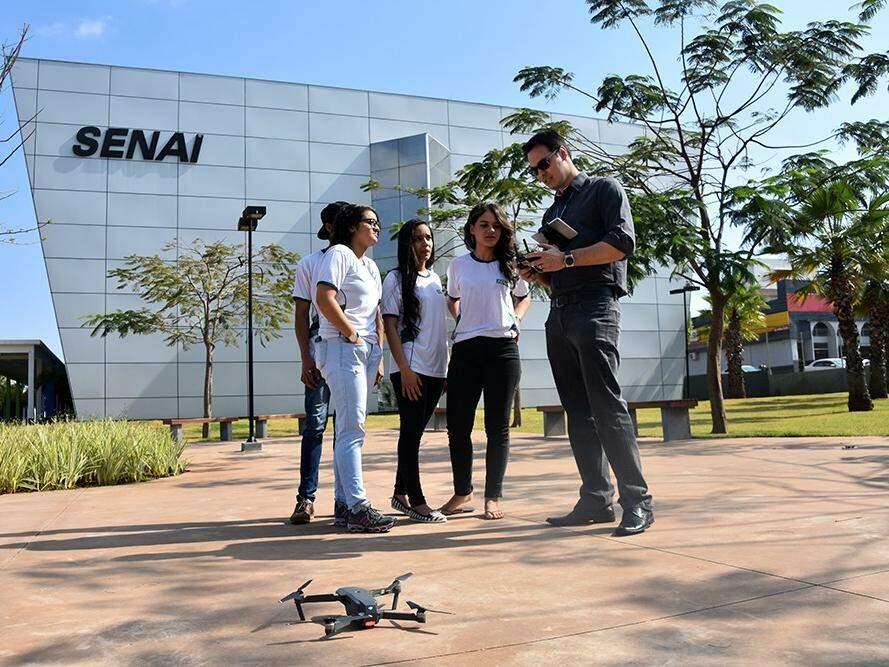 Piloto de drone faz demonstração em frente ao Senai (Foto: Senai/Divulgação)