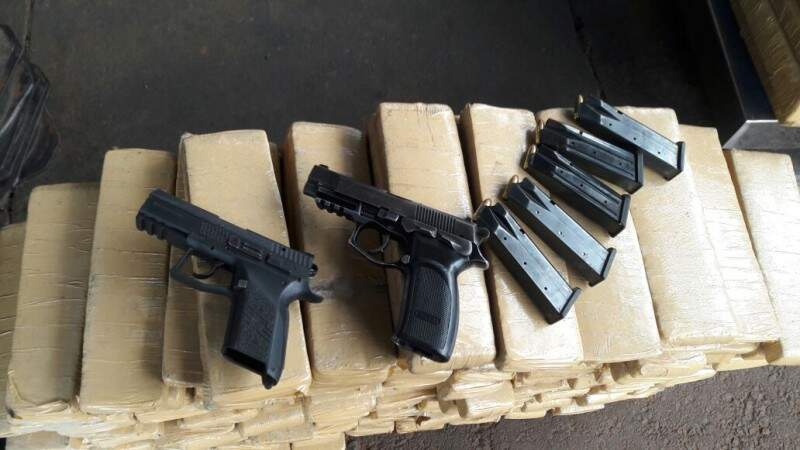 Veículo estava carregado com 200 kg de maconha e policiais encontram duas pistolas com cinco carregadores. (Foto: Divulgação)