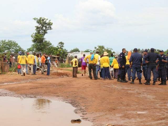Guardas municipais e pessoal da Prefeitura no trabalho de remoção de famílias da Cidade de Deus (Foto: Fernando Antunes)