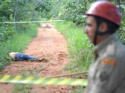 Homem é encontrado morto a pauladas em estrada na saída para São Paulo