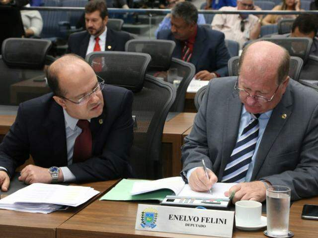 Deputado José Carlos Barbosa (DEM), autor da lei, ao lado de Enelvo Felini (PSDB), durante sessão (Foto: Victor Chileno/ALMS)