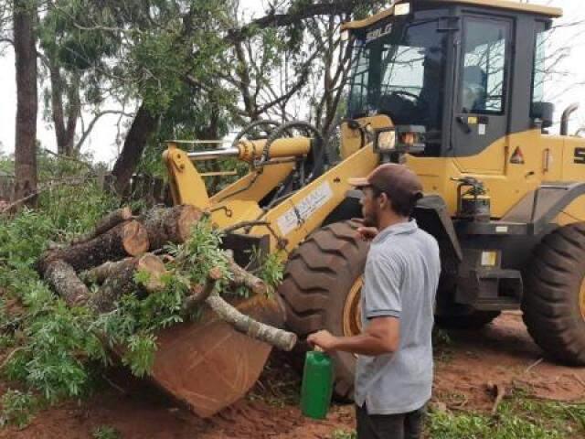 Máquina foi usada para retirar árvore que caiu após vendaval em Ribas do Rio Pardo (Foto: Divulgação)