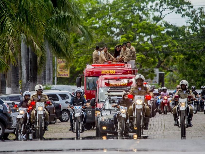 Cortejo no trajeto do Aeroporto Internacional ao Corumbaense (Foto: Renê Marcio Carneiro/Prefeitura de Corumbá)