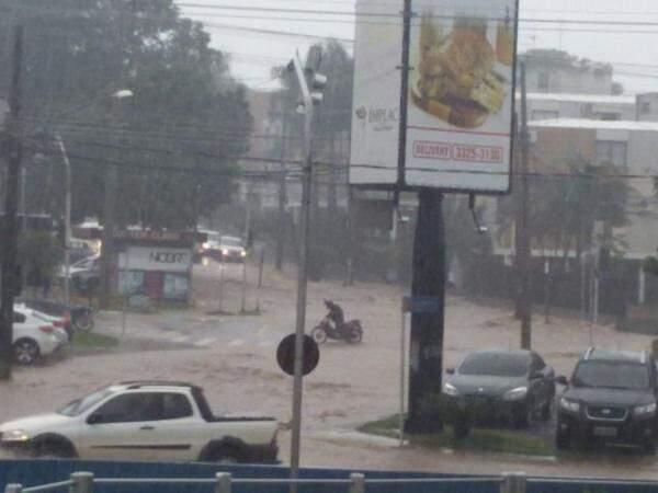 Ponto de alagamento na Rua Chaadi Scaff com a Joaquim Murtinho, próximo ao Córrego Prosa (Foto: Direto das Ruas)
