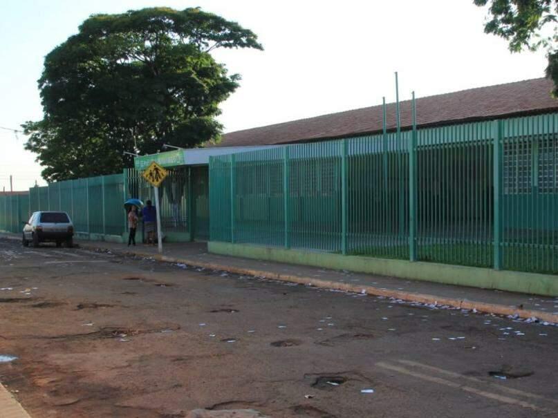 Santinhos espalhados no entorno da Escola Estadual Profª Celia Maria Naglis(Foto: Marina Pacheco)