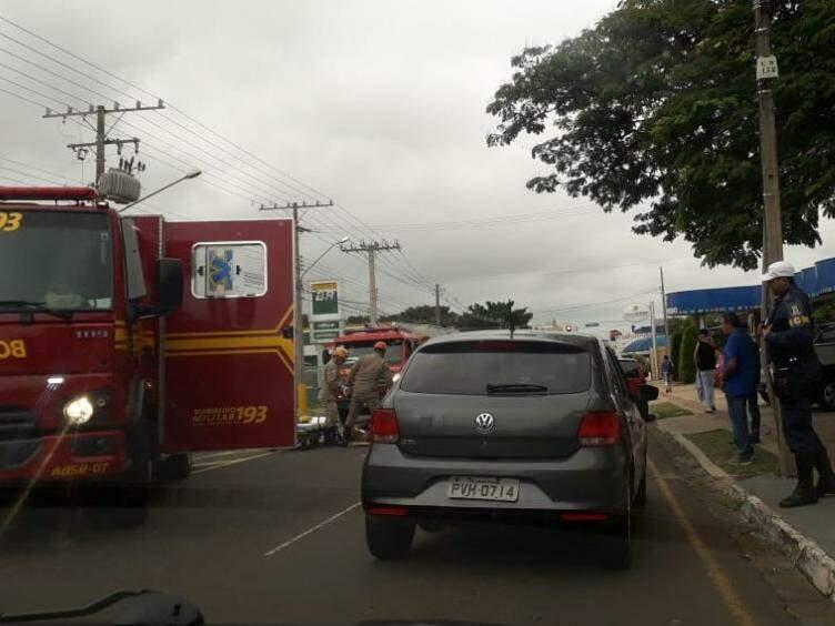 Durante atendimento dos bombeiros, trânsito ficou lento no local (Foto: Direto das Ruas)