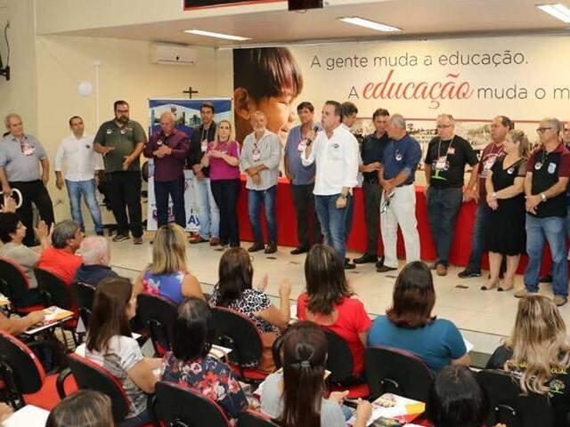 Ricardo Ayache, ao centro, conversa com servidores da educação durante lançamento de chapa na manhã desta terça. (Foto: Divulgação)
