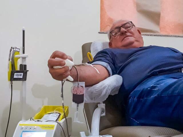 Pedro realizando a última doação de sangue no Hemosul (Foto: Alana Portela)
