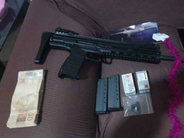 Armamento e dinheiro apreendido durantes os trabalhos. (Foto: Divulgação PF)