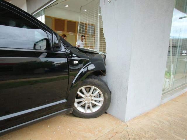 Carro invadiu a loja acertando a porta de vidro e parte da parede (Foto: André Bittar)