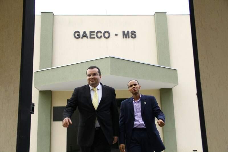 O vereador Chocolate e seu advogado deixa a sede do Gaeco ao concluir o depoimento no dia 25 de agosto. Outros oito parlamentares também foram ouvidos (Foto: Marcos Ermínio)