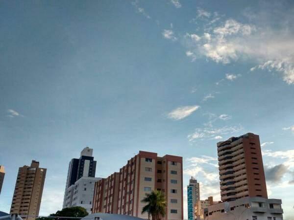 Domingo em Campo Grande amanheceu com céu claro (Foto: Alcides Neto)