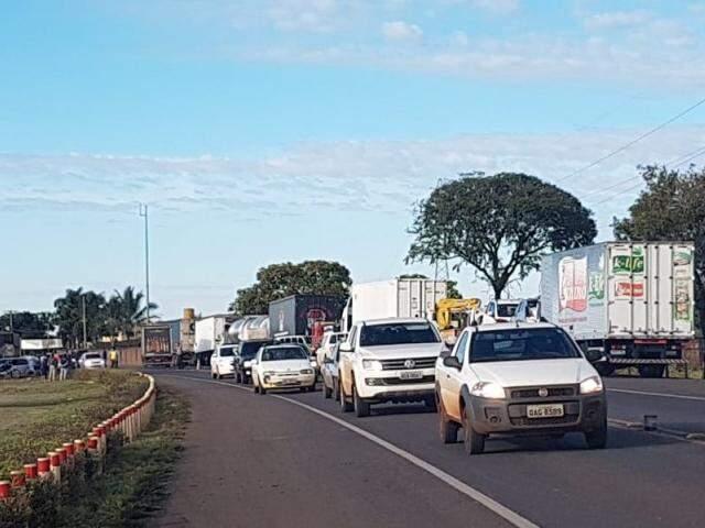 Só carros de passeio têm tráfego livre em ponto de bloqueio em Mato Grosso do Sul. (Foto: Miriam Machado)