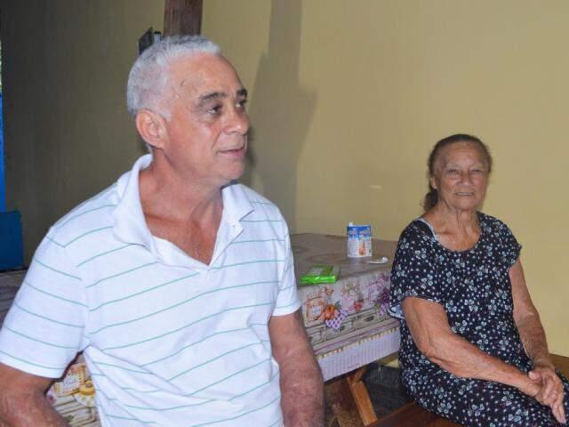 Sentado ao lado da mãe, Eduardo conta a história da residência (Foto: Alana Portela)