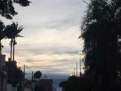 Dia amanhece gelado e previsão é de céu nublado com chuva