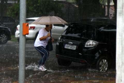Chuva causa alagamentos e enxurrada arrasta dois veículos