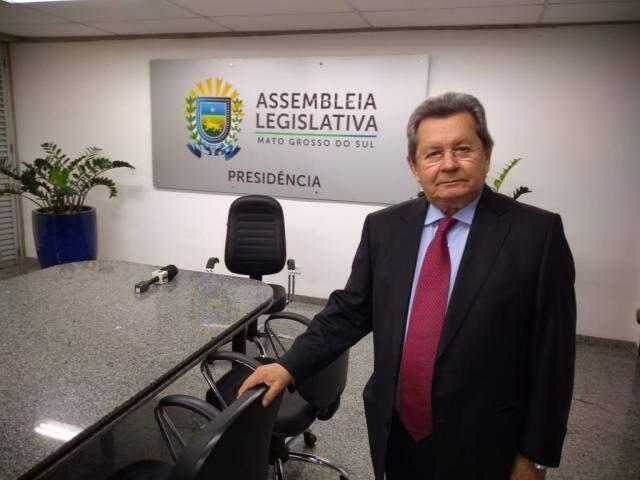 Deputado Onevan de Matos (PSDB) pousa para fotos na sala da presidência da Assembleia (Foto: Leonardo Rocha)