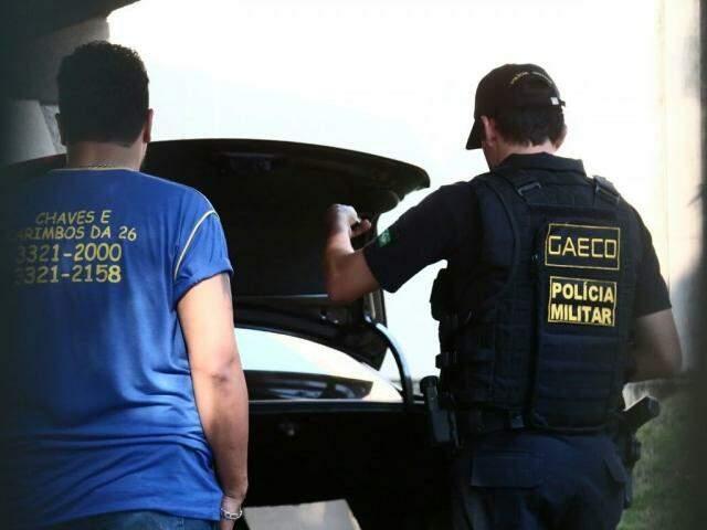 Gaeco está na residência do casal Olarte, nesta segunda-feira (15). (Foto: Marcos Ermínio)