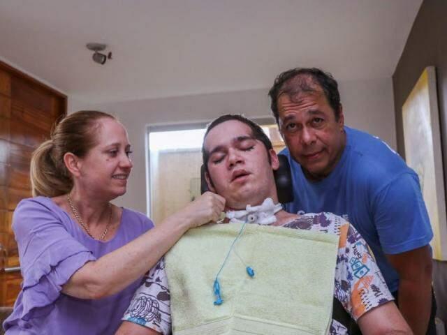 Pedro está em coma há 8 meses, após um atropelamento. Família descreve como o amor e esperança é capaz de transformar os dias ao lado do lado. (Foto: Henrique Kawaminami)
