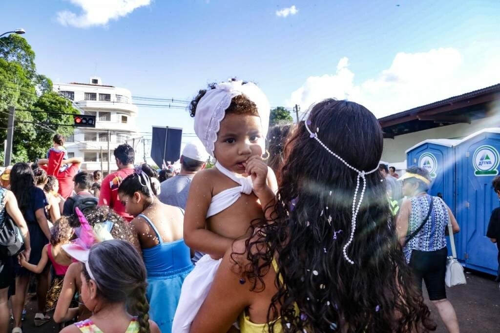 Com bebê estreante, matinê prova que Carnaval de rua também é para crianças