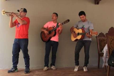 Com música de grupo venezuelano, arraial é acolhida para famílias de refugiados