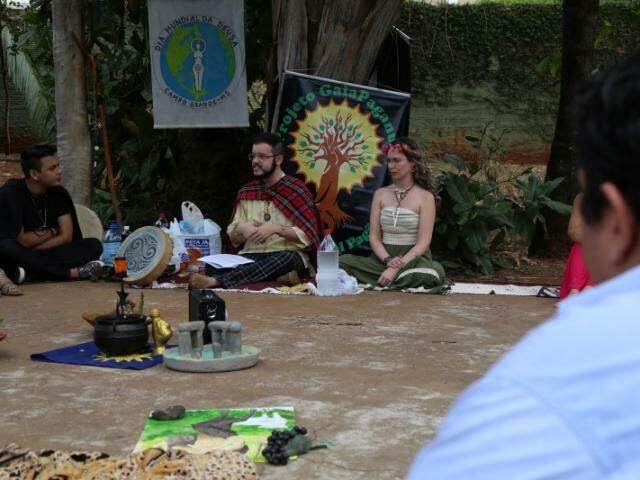 O Dia Mundial da Deusa teve danças e palestras que reuniu a turma pagã da Capital.  (Foto: Fernando Antunes)