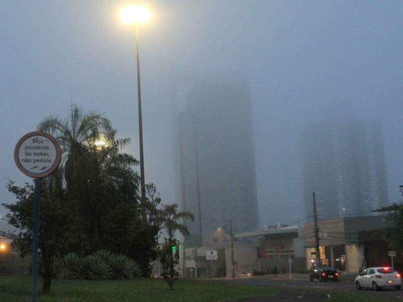 Imagem da Avenida Afonso Pena, uma das mais movimentadas da cidade, amanhecendo enconberta por névoa úmida (Foto: Saul Schramm)