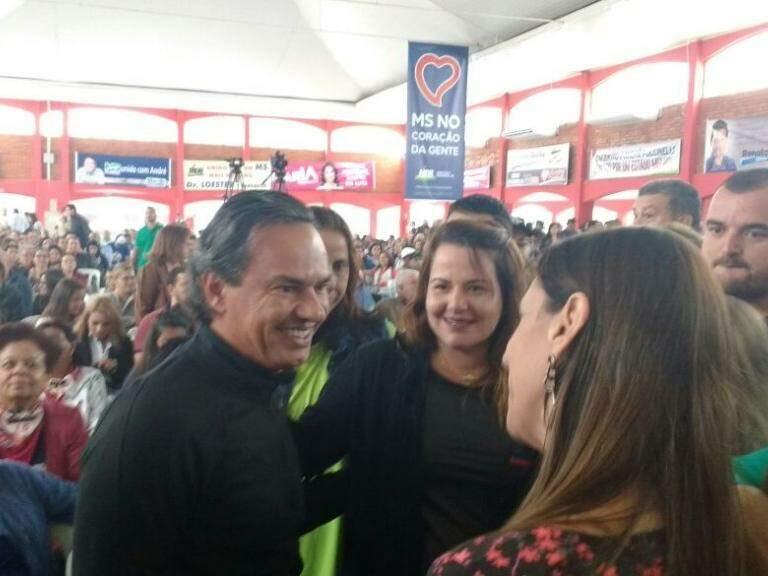 Marquinhos, do PSD, cumprimenta pessoas em evento do MDB (Foto: Leonardo Rocha)