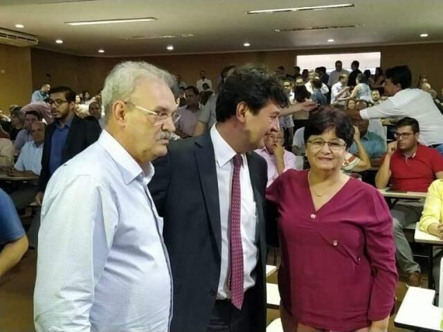 Ministro entre Geraldo Resende e a secretária de Saúde Berenice Machado, em Dourados (Foto: Adilson Domingos)