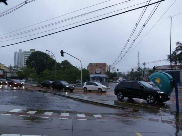 Chuva causou danos em diferentes locais da Capital, atingindo também a rede elétrica. (Foto: Kísie Ainoã)