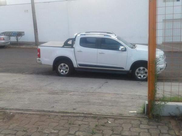 Nem loja de veículos semi-novos escapa de estacionamento irregular (Foto: Direto das Ruas)