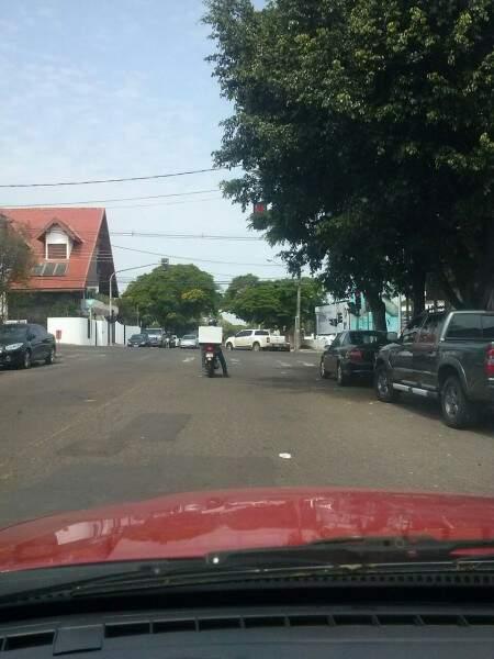 Os galhos atrapalham a visibilidade, e torna arriscado o tráfego pelo cruzamento da Rua Paranaíba com Euclides da Cunha(Foto:Repórter News)