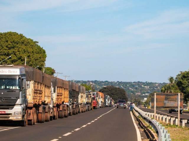 Fila de caminhões na BR-060 em Campo Grande em razão da greve (Foto: Ricardo Fernandes)