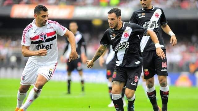 Jogador do São Paulo à esquerda ao lado de atleta do Vasco (Foto: Marcos Ribolli)