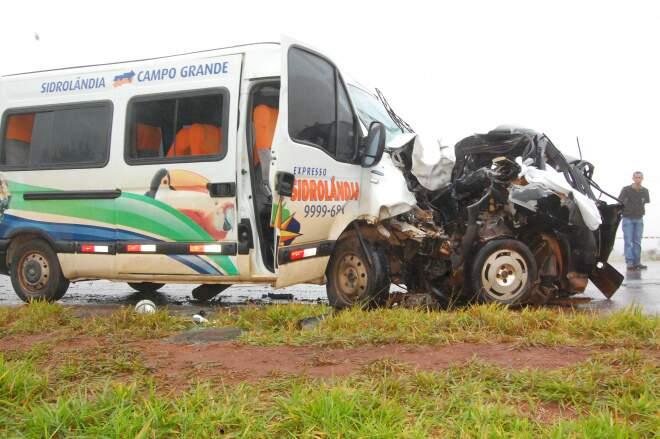 Carro ficou totalmente destruído após colisão com van na MS-060, perto de Sidrolândia (Foto: Simão Nogueira)