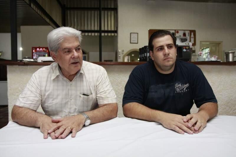 Munir pai e Munir filho. Churrascaria mantém tradição do trabalho em família desde o início.