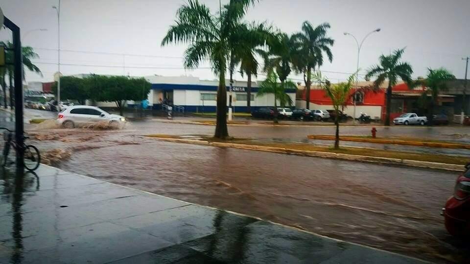 Rua alagada hoje na área central de Ivinhema (Foto: Ivinotícias)
