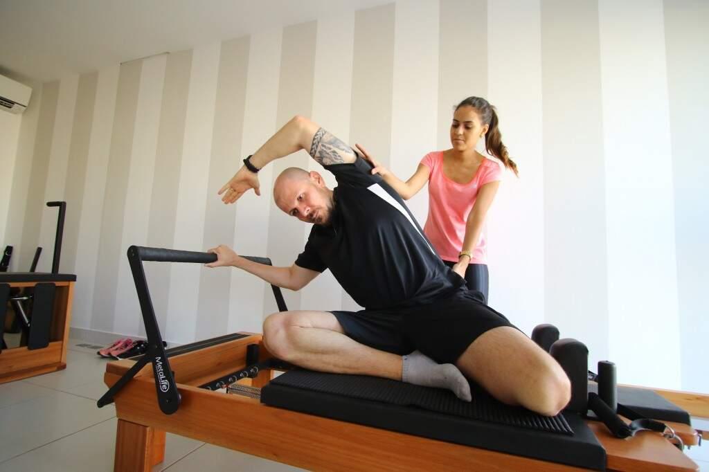 Para fortalecer e evitar novas crises, pilates é oferecido dentro da clínica.