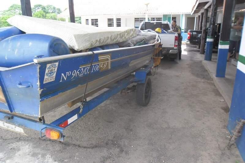 Além dos peixes, veículo, carreta e petrechos são apreendidos. (Foto: PMA / Divulgação)